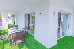 Терраса. Испания, Марбелья : Большая роскошная квартира с бассейнами и отличным расположением - прямо в центре Пуэрто Банус.