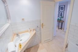 Ванная комната. Испания, Марбелья : Большая роскошная квартира с бассейнами и отличным расположением - прямо в центре Пуэрто Банус.