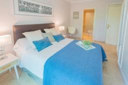 Спальня. Испания, Марбелья : Большая роскошная квартира с бассейнами и отличным расположением - прямо в центре Пуэрто Банус.