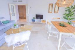 Гостиная / Столовая. Испания, Марбелья : Большая роскошная квартира с бассейнами и отличным расположением - прямо в центре Пуэрто Банус.