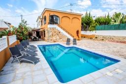 Вид на виллу/дом снаружи. Испания, Кальпе : - Превосходная вилла с бассейном и террасой на улице, 3 спальнями, 1 ванной комнатой, 1 гостевым туалетом, парковкой и Wi-Fi