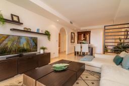 Гостиная / Столовая. Испания, Марбелья : Замечательные апартаменты располагают 2 спальнями расположены в городе Марбелья. Обладают полностью оборудованной кухней и 2 ванными комнатами с душем.