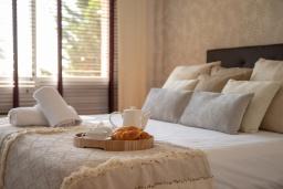 Спальня. Испания, Марбелья : Замечательные апартаменты располагают 2 спальнями расположены в городе Марбелья. Обладают полностью оборудованной кухней и 2 ванными комнатами с душем.