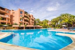 Фасад дома. Испания, Марбелья : Замечательные апартаменты располагают 2 спальнями расположены в городе Марбелья. Обладают полностью оборудованной кухней и 2 ванными комнатами с душем.