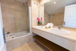 Ванная комната. Испания, Марбелья : Прекрасно расположенный дуплекс пентхаус с панорамным видом на море и горы