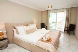 Спальня. Испания, Марбелья : Чудесные апартаменты расположены на побережье в городе Марбелья. К услугам гостей открытый бассейн, фитнес-центр, сад и бесплатный Wi-Fi.