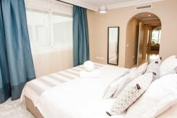 Спальня 2. Испания, Марбелья : Чудесные апартаменты расположены на побережье в городе Марбелья. К услугам гостей открытый бассейн, фитнес-центр, сад и бесплатный Wi-Fi.