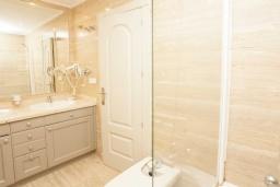 Ванная комната 2. Испания, Марбелья : Чудесные апартаменты расположены на побережье в городе Марбелья. К услугам гостей открытый бассейн, фитнес-центр, сад и бесплатный Wi-Fi.