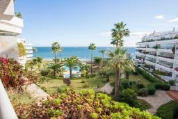 Вид. Испания, Марбелья : Чудесные апартаменты расположены на побережье в городе Марбелья. К услугам гостей открытый бассейн, фитнес-центр, сад и бесплатный Wi-Fi.