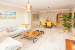 Гостиная / Столовая. Испания, Марбелья : Чудесные апартаменты расположены на побережье в городе Марбелья. К услугам гостей открытый бассейн, фитнес-центр, сад и бесплатный Wi-Fi.