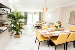 Обеденная зона. Испания, Марбелья : Чудесные апартаменты расположены на побережье в городе Марбелья. К услугам гостей открытый бассейн, фитнес-центр, сад и бесплатный Wi-Fi.