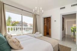 Спальня. Испания, Бенальмадена : Роскошная вилла с видом на бассейн расположена в городе Бенальмадена. К услугам гостей фитнес-центр, бар, сад и бесплатный Wi-Fi.