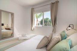 Спальня 2. Испания, Бенальмадена : Роскошная вилла с видом на бассейн расположена в городе Бенальмадена. К услугам гостей фитнес-центр, бар, сад и бесплатный Wi-Fi.