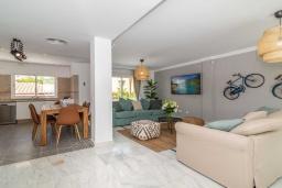 Гостиная / Столовая. Испания, Бенальмадена : Роскошная вилла с видом на бассейн расположена в городе Бенальмадена. К услугам гостей фитнес-центр, бар, сад и бесплатный Wi-Fi.