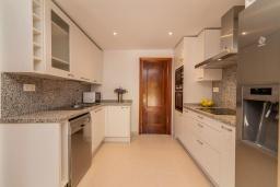 Кухня. Испания, Марбелья : Очаровательная вилла с 4 спальнями, бассейном, собственной гидромассажной ванной и превосходным расположением.