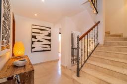 Лестница наверх. Испания, Марбелья : Очаровательная вилла с 4 спальнями, бассейном, собственной гидромассажной ванной и превосходным расположением.