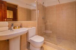 Ванная комната. Испания, Марбелья : Очаровательная вилла с 4 спальнями, бассейном, собственной гидромассажной ванной и превосходным расположением.