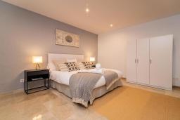 Спальня. Испания, Марбелья : Очаровательная вилла с 4 спальнями, бассейном, собственной гидромассажной ванной и превосходным расположением.