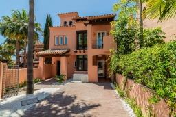 Вид на виллу/дом снаружи. Испания, Марбелья : Очаровательная вилла с 4 спальнями, бассейном, собственной гидромассажной ванной и превосходным расположением.
