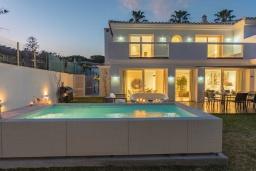 Вид на виллу/дом снаружи. Испания, Марбелья : Стильная 4-спальная вилла с прямым выходом на пляж, частным бассейном с подогревом и барбекю