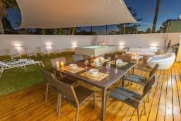 Терраса. Испания, Марбелья : Стильная 4-спальная вилла с прямым выходом на пляж, частным бассейном с подогревом и барбекю