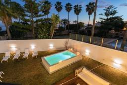 Бассейн. Испания, Марбелья : Стильная 4-спальная вилла с прямым выходом на пляж, частным бассейном с подогревом и барбекю