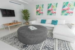 Гостиная / Столовая. Испания, Марбелья : Стильная 4-спальная вилла с прямым выходом на пляж, частным бассейном с подогревом и барбекю