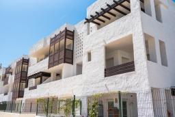Вид на виллу/дом снаружи. Испания, Марбелья : Апартаменты со свежим ремонтом, 2 спальни, 2 ванные, с общим бассейном и видом на поля для гольфа, wi-fi, бесплатная парковка