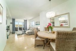 Обеденная зона. Испания, Марбелья : Апартаменты со свежим ремонтом, 2 спальни, 2 ванные, с общим бассейном и видом на поля для гольфа, wi-fi, бесплатная парковка