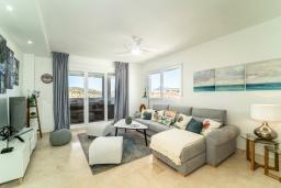 Гостиная / Столовая. Испания, Марбелья : Апартаменты со свежим ремонтом, 2 спальни, 2 ванные, с общим бассейном и видом на поля для гольфа, wi-fi, бесплатная парковка