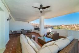 Терраса. Испания, Марбелья : Апартаменты со свежим ремонтом, 2 спальни, 2 ванные, с общим бассейном и видом на поля для гольфа, wi-fi, бесплатная парковка