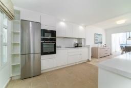 Кухня. Испания, Марбелья : Современный таунхаус с видом на Гибралтар, 3 спальни, 2 ванные, wi-fi, бесплатная парковка, бассейн и терраса