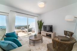 Гостиная / Столовая. Испания, Марбелья : Современный таунхаус с видом на Гибралтар, 3 спальни, 2 ванные, wi-fi, бесплатная парковка, бассейн и терраса