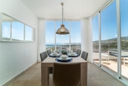 Обеденная зона. Испания, Марбелья : Современный таунхаус с видом на Гибралтар, 3 спальни, 2 ванные, wi-fi, бесплатная парковка, бассейн и терраса