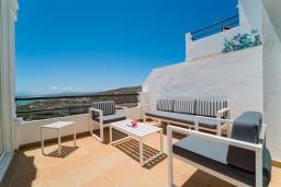 Терраса. Испания, Марбелья : Современный таунхаус с видом на Гибралтар, 3 спальни, 2 ванные, wi-fi, бесплатная парковка, бассейн и терраса