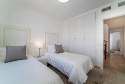 Спальня 3. Испания, Марбелья : Современный таунхаус с видом на Гибралтар, 3 спальни, 2 ванные, wi-fi, бесплатная парковка, бассейн и терраса