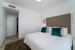 Спальня. Испания, Марбелья : Современный таунхаус с видом на Гибралтар, 3 спальни, 2 ванные, wi-fi, бесплатная парковка, бассейн и терраса