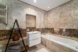 Ванная комната. Испания, Марбелья : Современный таунхаус с видом на Гибралтар, 3 спальни, 2 ванные, wi-fi, бесплатная парковка, бассейн и терраса