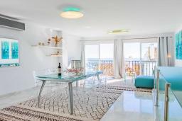 Гостиная / Столовая. Испания, Пуэрто Банус : Уютные апартаменты расположены в самом сердце гавани Пуэрто Банус, всего в квартале от пляжа. Располагают 2 спальнями выполнены в бирюзовых тонах.