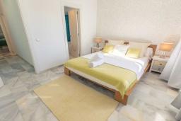 Спальня. Испания, Пуэрто Банус : Уютные апартаменты расположены в самом сердце гавани Пуэрто Банус, всего в квартале от пляжа. Располагают 2 спальнями выполнены в бирюзовых тонах.
