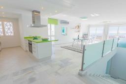 Кухня. Испания, Пуэрто Банус : Уютные апартаменты расположены в самом сердце гавани Пуэрто Банус, всего в квартале от пляжа. Располагают 2 спальнями выполнены в бирюзовых тонах.