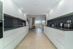 Кухня. Испания, Марбелья : Таунхаус недалеко от порта и пляжей Сотогранде, 3 спальни, 3 ванные комнаты, wi-Fi, бесплатная парковка, терраса на крыше