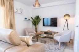 Гостиная / Столовая. Испания, Марбелья : Таунхаус недалеко от порта и пляжей Сотогранде, 3 спальни, 3 ванные комнаты, wi-Fi, бесплатная парковка, терраса на крыше