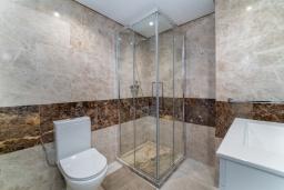 Ванная комната 2. Испания, Марбелья : Таунхаус недалеко от порта и пляжей Сотогранде, 3 спальни, 3 ванные комнаты, wi-Fi, бесплатная парковка, терраса на крыше