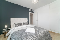 Спальня 2. Испания, Марбелья : Таунхаус недалеко от порта и пляжей Сотогранде, 3 спальни, 3 ванные комнаты, wi-Fi, бесплатная парковка, терраса на крыше