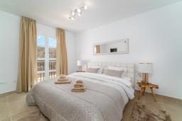 Спальня. Испания, Марбелья : Таунхаус недалеко от порта и пляжей Сотогранде, 3 спальни, 3 ванные комнаты, wi-Fi, бесплатная парковка, терраса на крыше