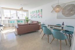 Гостиная / Столовая. Испания, Пуэрто Банус : Изысканные апартаменты расположены всего в квартале от пляжа. К услугам гостей открытый бассейн и казино.
