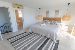 Спальня. Испания, Пуэрто Банус : Изысканные апартаменты расположены всего в квартале от пляжа. К услугам гостей открытый бассейн и казино.