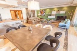 Гостиная / Столовая. Испания, Марбелья : Апартамент 160м2, 3 спальни, 3 ванные, огромная терраса в комплексе с бассейном