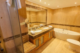 Ванная комната. Испания, Марбелья : Апартамент 160м2, 3 спальни, 3 ванные, огромная терраса в комплексе с бассейном